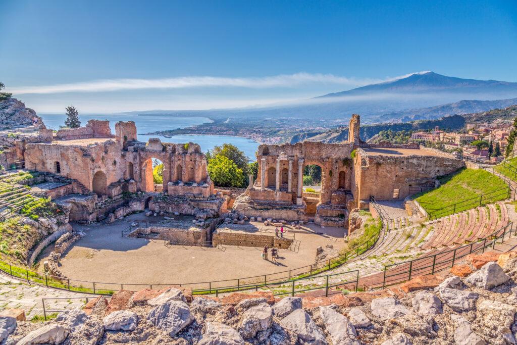 Vista aerea del Teatro di Taormina con il mare e il vulcano Etna nello sfondo
